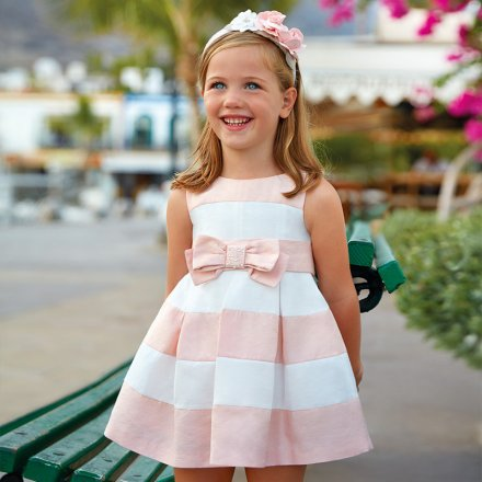Elegantné pruhované šaty s mašlou